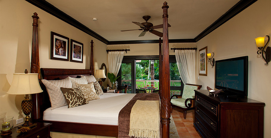 Honeymoon Hideaway Luxury Club Level Villa Room (GC)